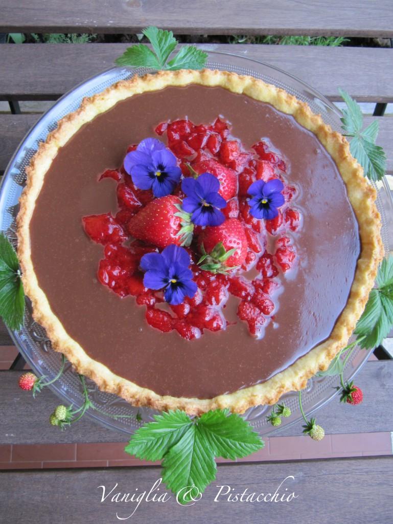 crostata al cioccolato e composta di fragole
