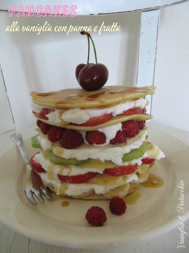 Pancake alla vaniglia con frutta e panna