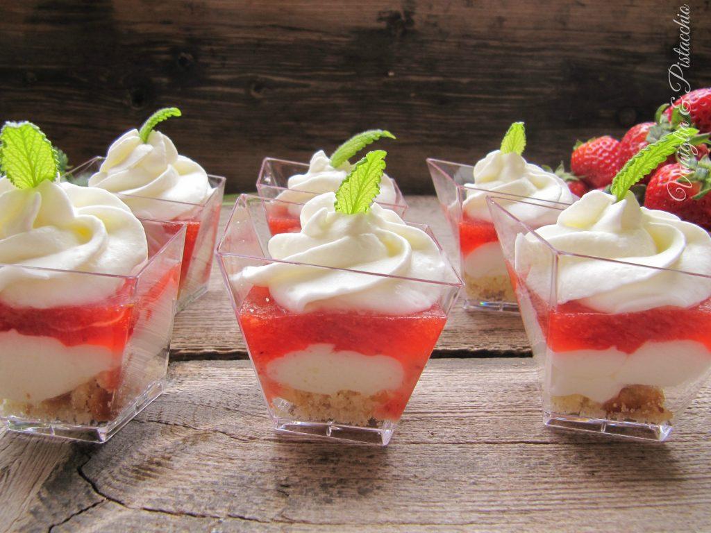 bicchierini allo yogurt e gelée di fragole